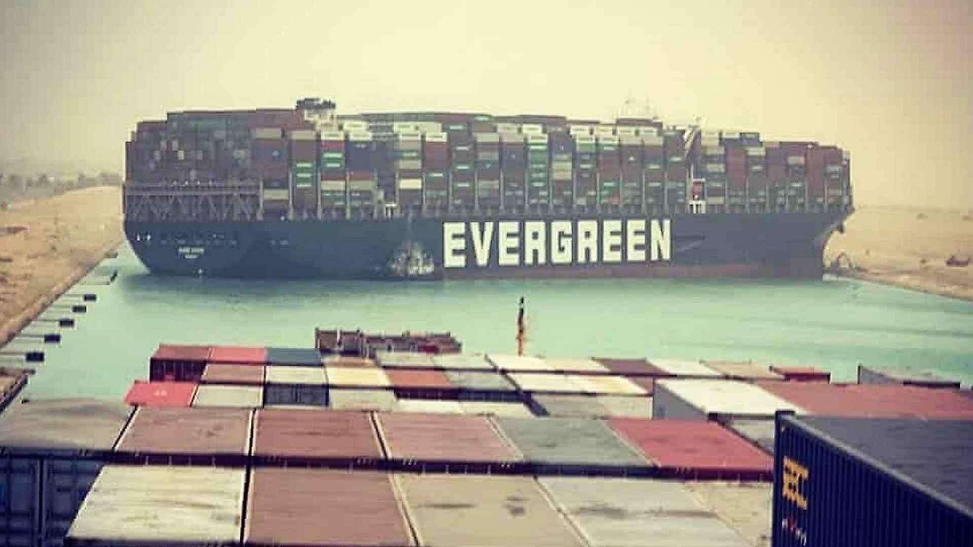 imagem-destacada-navio-encalha-no-canal-de-suez-e-provoca-fila-internet-nao-perdoa-e-faz-memes